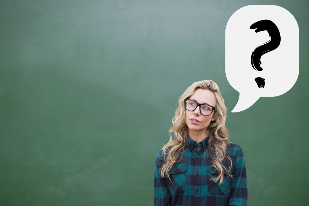 Estudiante de idiomas pensativa con interrogación