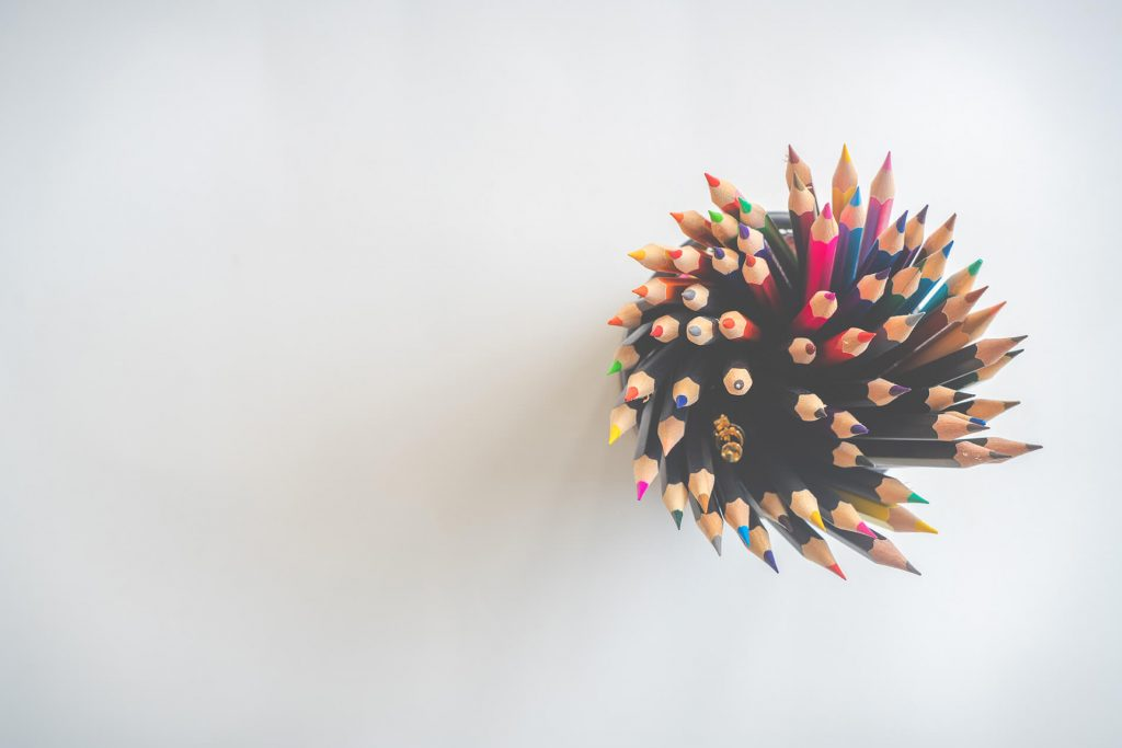 Lápices de colores representando la diversidad en el aula