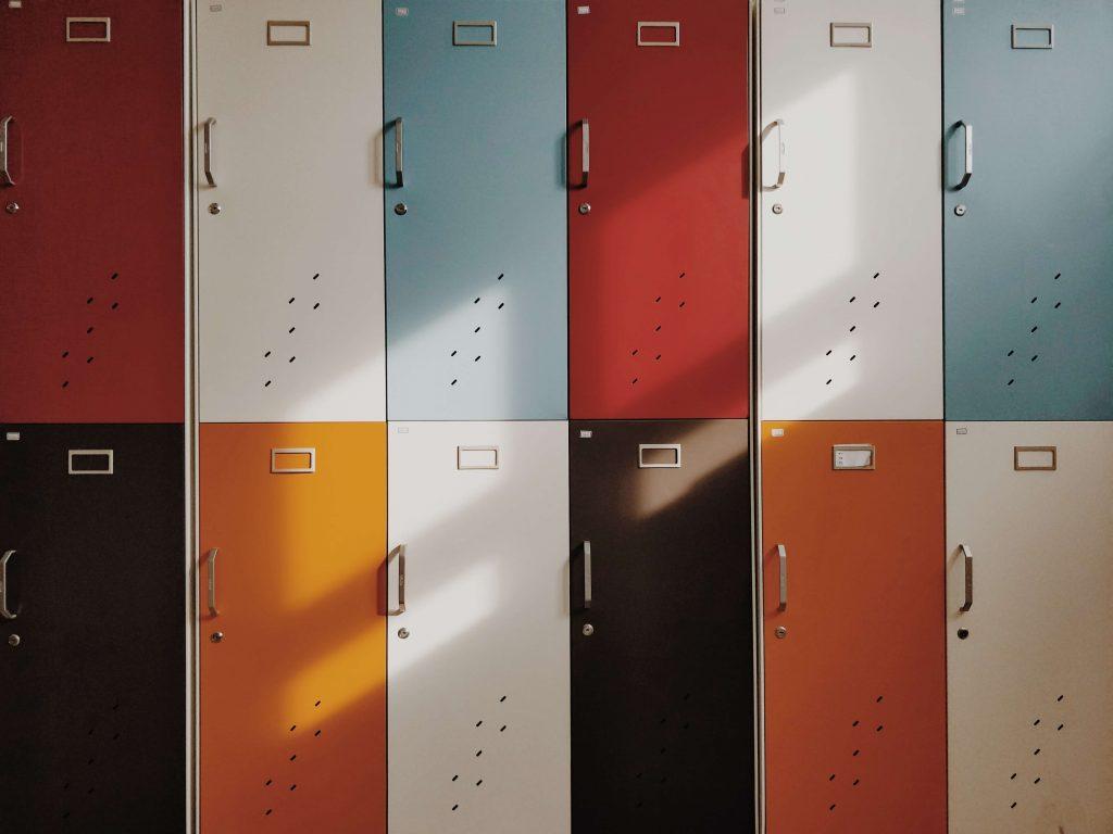 Taquillas escolares representando las distintas competencias educativas