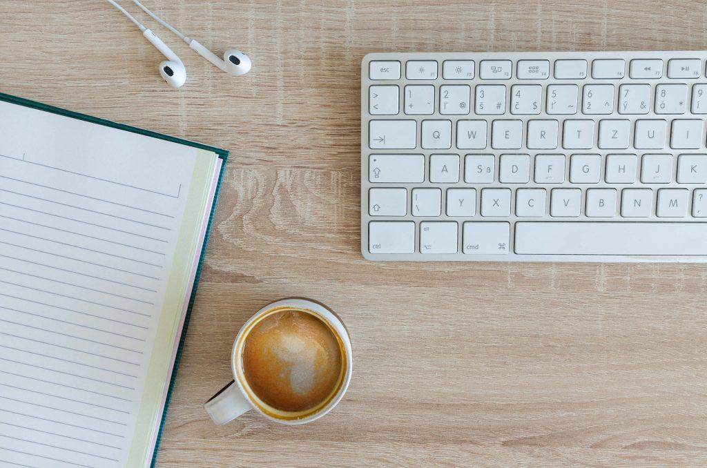 Escritorio con los elementos necesarios para seguir un webinar